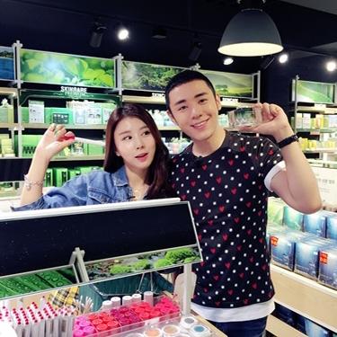 中国超人气美妆专家张瀚一访自然共和国明洞世界店