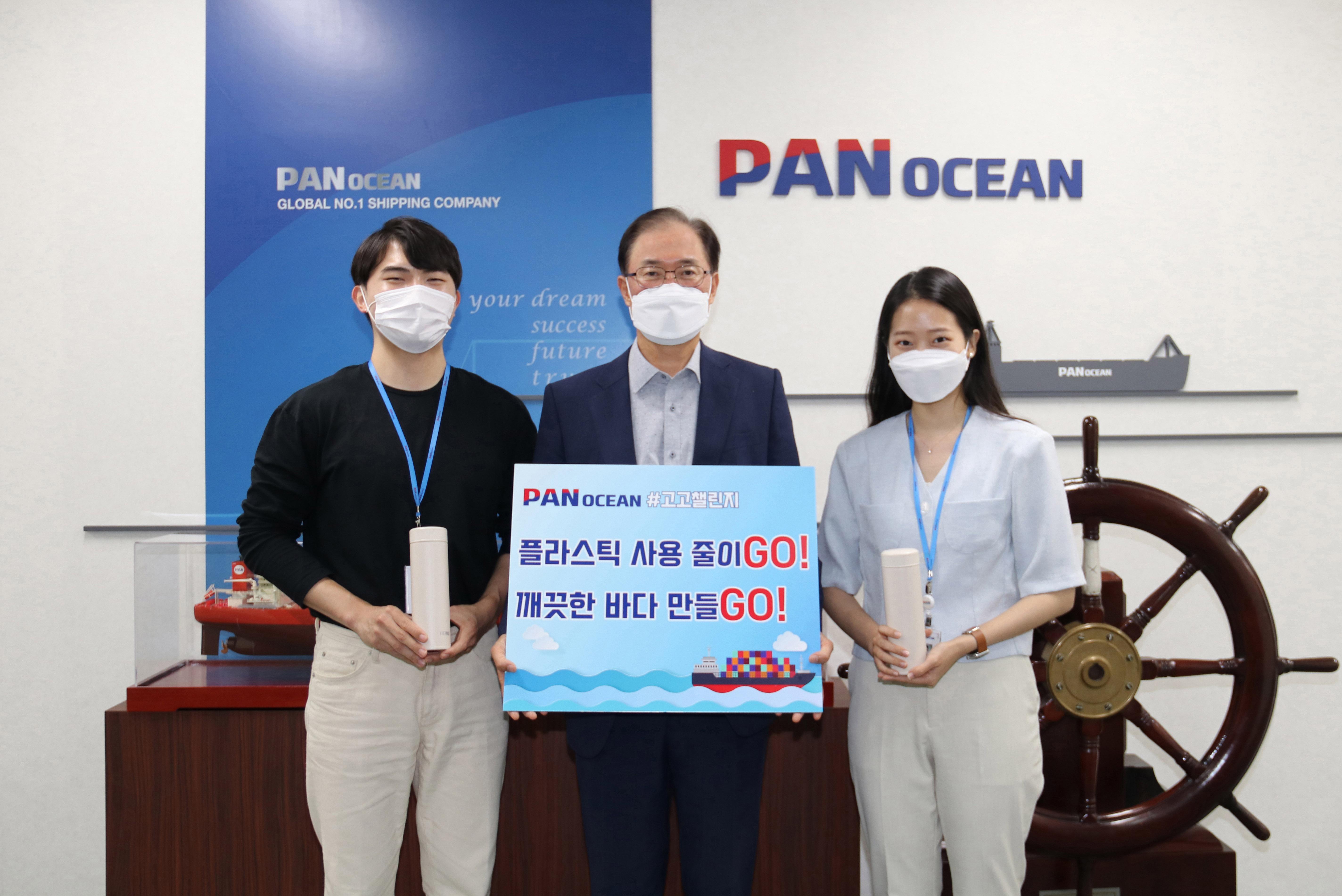 팬오션 안중호 대표가 신입사원들과 함께 탈 플라스틱 캠페인 '고고챌린지'에 동참했다. (왼쪽부터 강지우 사원, 안중호 대표, 장유진 사원)