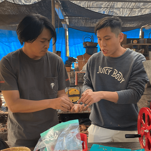 Mike 跟 Urban Coffee Roaster 創辦人 Gary 一齊研究點樣進行咖啡烘焙