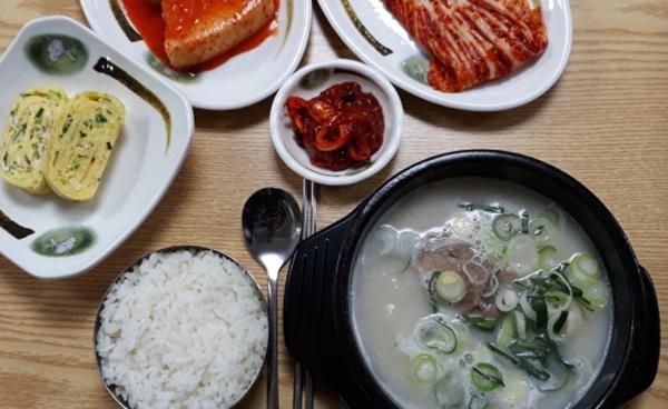 콜라겐이 풍부한 건강식 사골육수, 신사역 맛집 '천지인설렁탕'