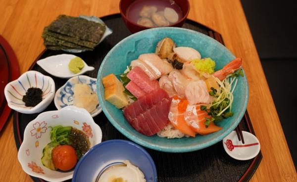 신선 해산물과 쌀밥 조화이룬 덮밥