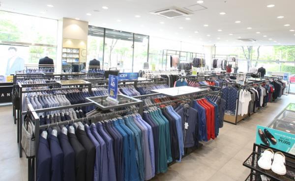 정장·골프웨어 그리고 평상복이 한 매장에