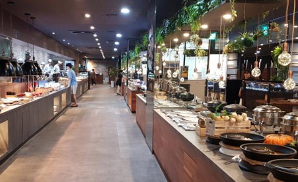 합리적 가격으로 즐기는 강남 스타일리시 뷔페, 테이블 브라운