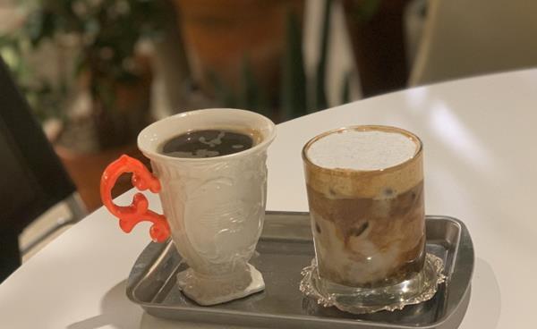 꽃과 커피가 공존하는 감각적인 공간