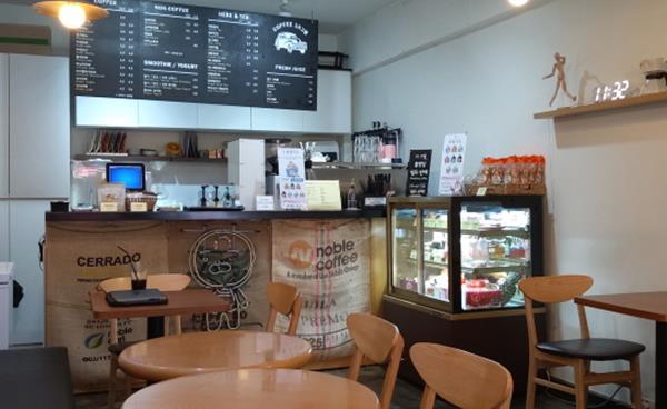 편안하고 따뜻한 공간 '커피 10그램'