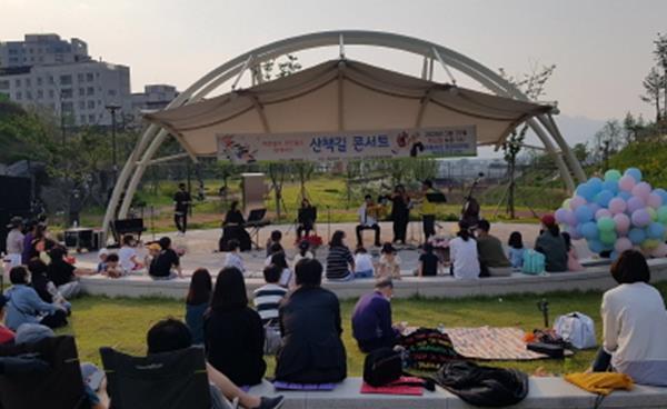 주민들이 직접 연주한 '산책길 음악회' 개최