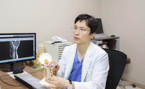 4050 중장년층 허리 통증 원인과 치료
