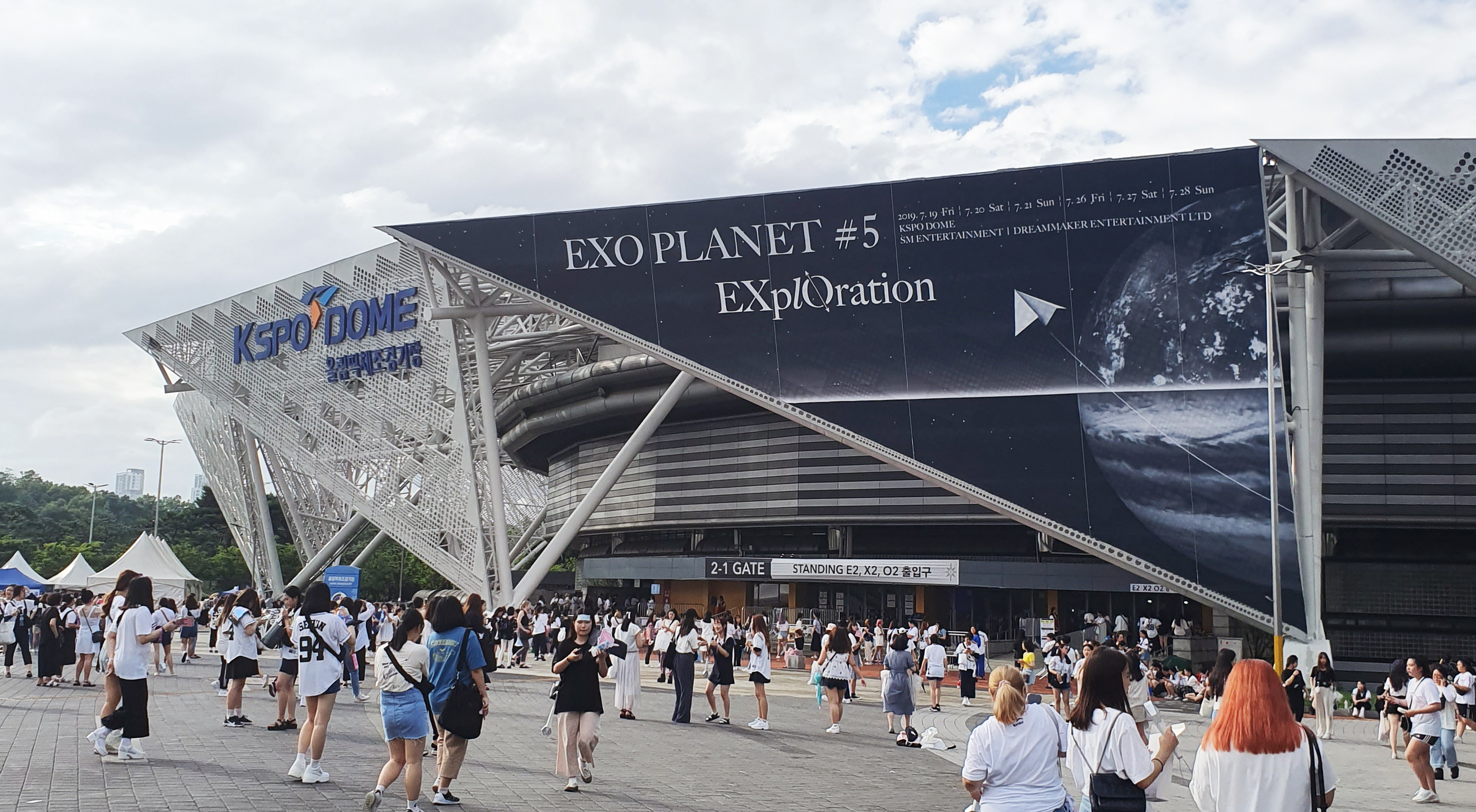 Outside of the EXO's 'EXO PLANET#5 - EXplOration' concert venue (Photo Credit=anonymous EXO fan)