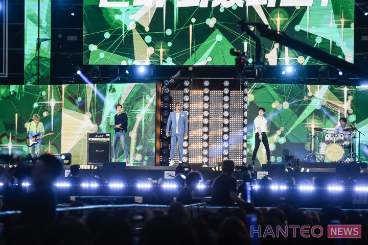 N.Flying performing an amazing collaboration stage with their senior singer, Kim Tae Woo, at 'The 25th 2019 Dream Concert' held in Seoul Sangam World Cup Stadium on May 18th. (Photo Credit=Hanteo News)