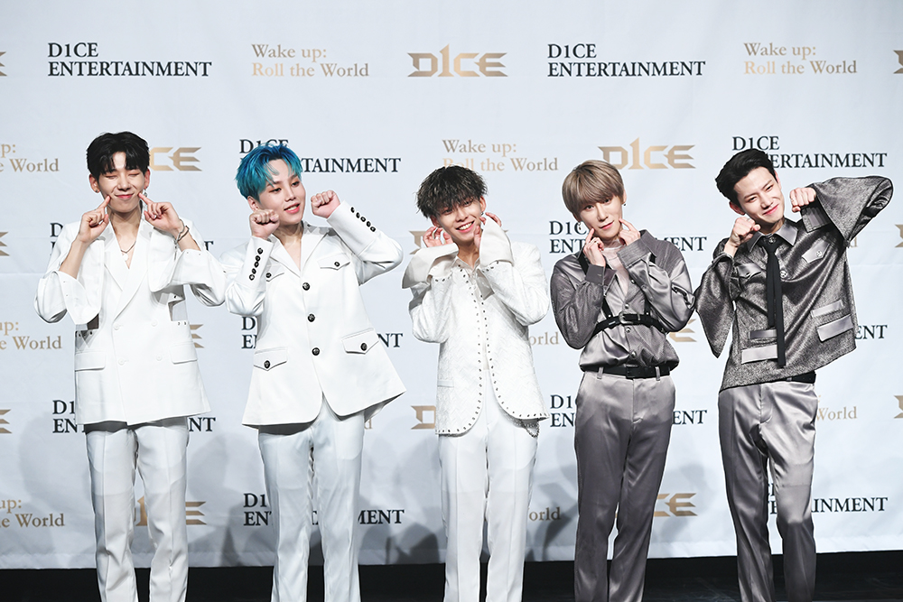 Group D1CE having a photo time during the 'Wake up : Roll the World' showcase held on the 1st at SAC Art Hall in Samsung-dong, Gangnam-gu, Seoul (Photo Credit=CBS)