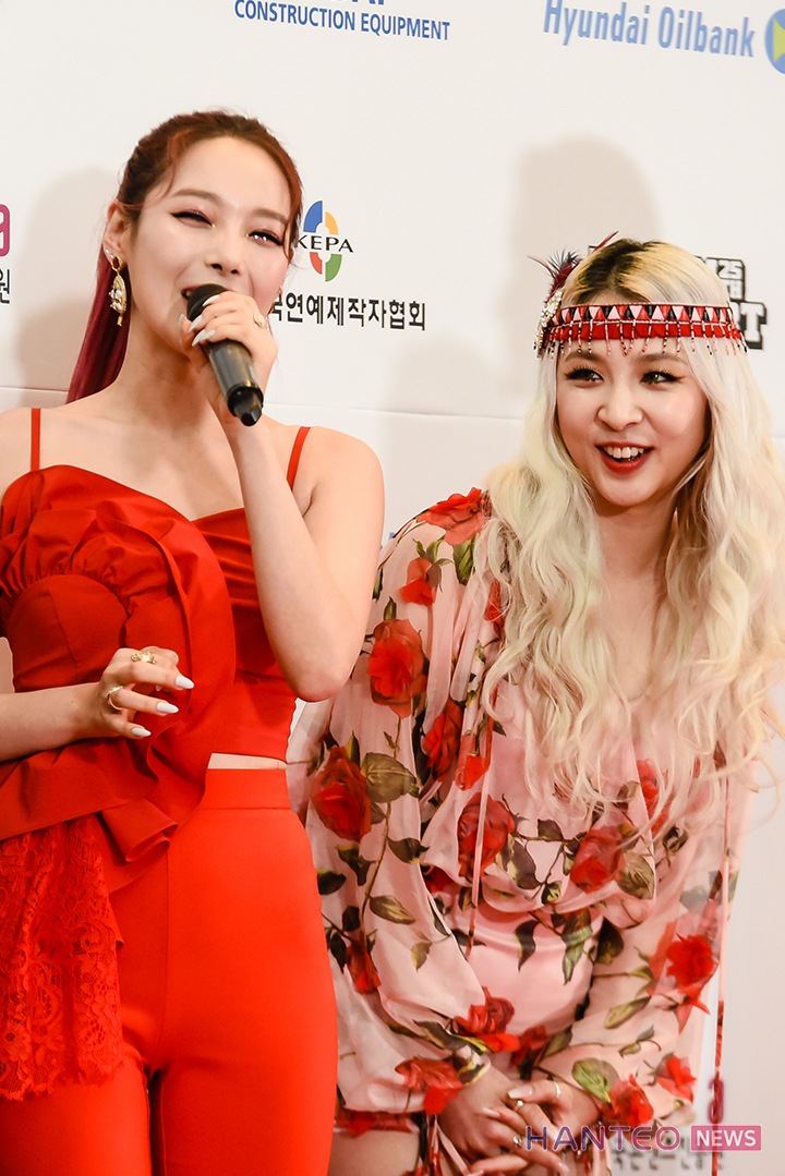 Jeon Somin and Jeon Jiwoo replying with a smile to the MC's question during the Red Carpet event of 'The 25th 2019 Dream Concert' held in Seoul Sangam World Cup Stadium on May 18th. (Photo Credit=Hanteo News)