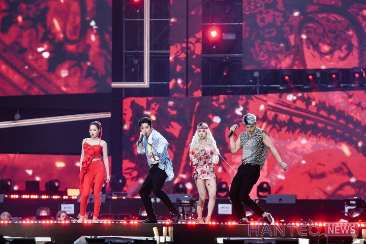 KARD giving a passionate performance on stage of 'The 25th 2019 Dream Concert' held in Seoul Sangam World Cup Stadium on May 18th. (Photo Credit=Hanteo News)