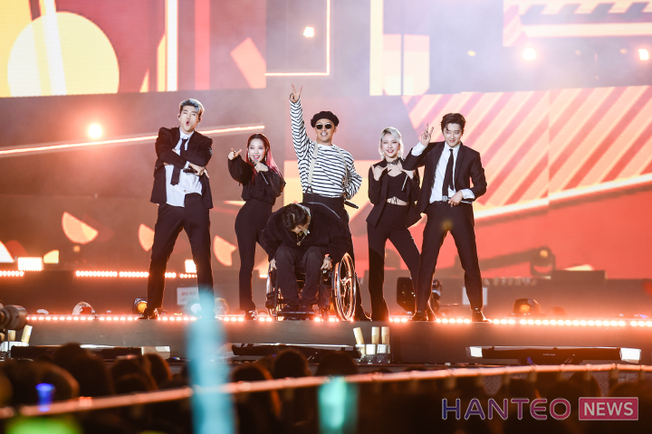 KARD giving a passionate performance with their senior group, Clon, on stage of 'The 25th 2019 Dream Concert' held in Seoul Sangam World Cup Stadium on May 18th. (Photo Credit=Hanteo News)