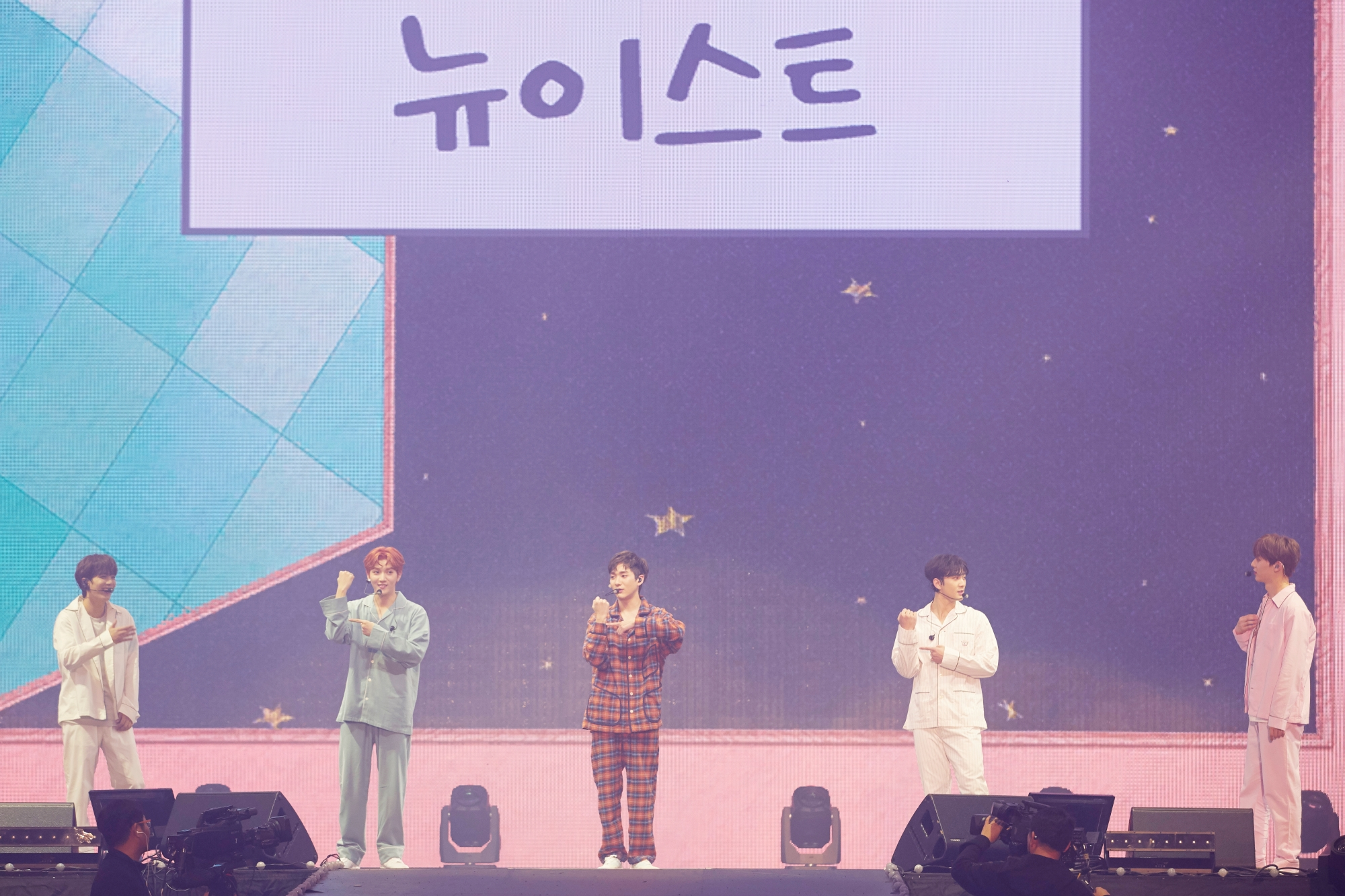 NU'EST members playing a game during NU'EST's fan meeting, 'L.O.Λ.E PAGE' on the 16th. (Photo Credit=Pledis Entertainment)