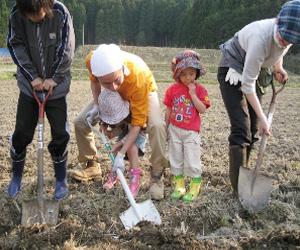▲ 체험농장에서 농사를 짓는 가족
