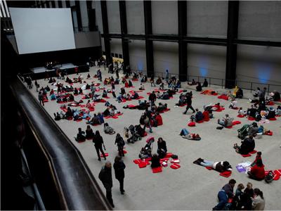 ▲ 테이트모던 터빈홀에서 시민들이 방석을 깔고 앉아 쉬고 있다.
