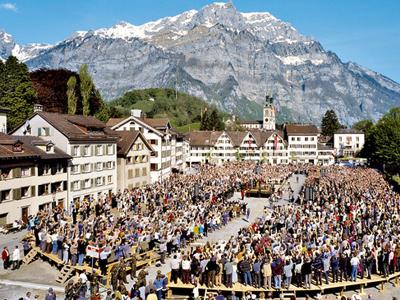 ▲란츠게마인데에 참여하기 위해 광장에 모인 사람들(사진출처:MySwitzerland.com)