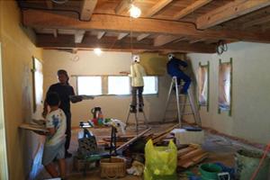 ▲ 셰어하우스 입주자들과 지역주민들의 손으로 직접 도서관을 만들고 있는 모습