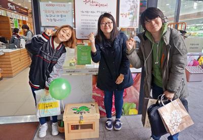 ▲ 자연드림 앞에 모인 키키, 뚜비, 우산