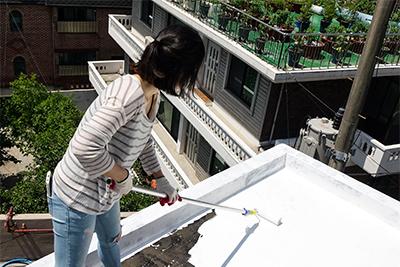 ▲십년후 연구소의 '화이트루프 쿨 시티'  프로젝트 활동으로 옥탑방 옥상에  페인트를 칠하는 모습(김진선 연구원 제공)
